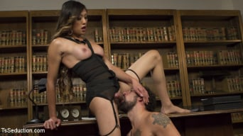 DJ in 'Bad Ass Boss Lady Venus Lux Gives DJ a Thorough Review!'