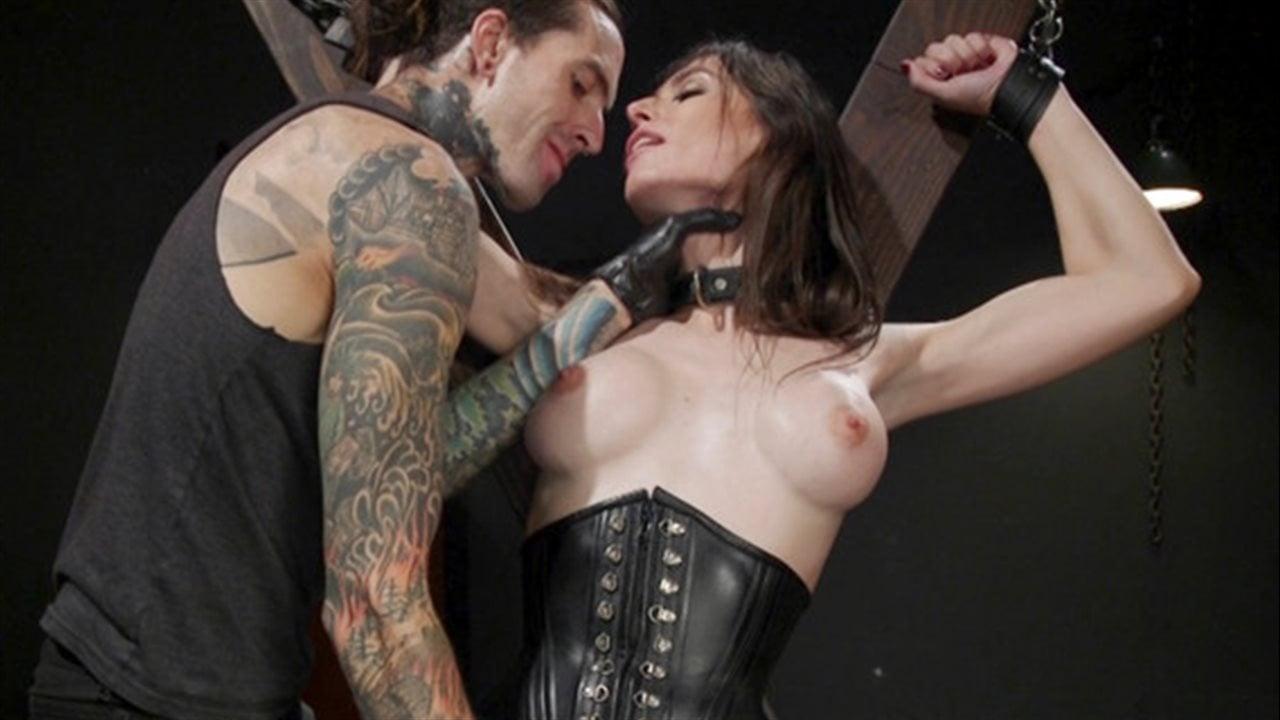 Tranny Korra Del Rio wackelt mit ihrem Wiener während des analen Cowgirl-Ritts